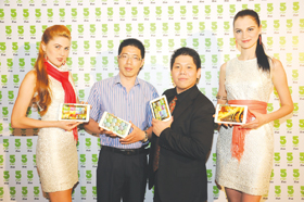 Adrian Lim (2nd from R), IT Director Novo7Tech with Fan Fen Jun (2nd from L), VP Sales of 5FNF at launch of iFive Mini 2
